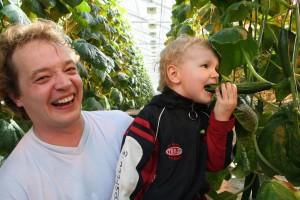 Aurinkoinen puutarhuri Remus-poikansa kanssa.